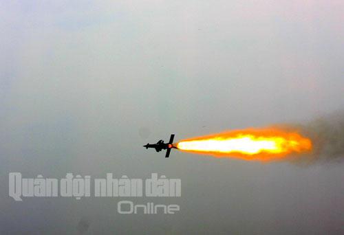 Tên lửa xé trời tìm diệt mục tiêu
