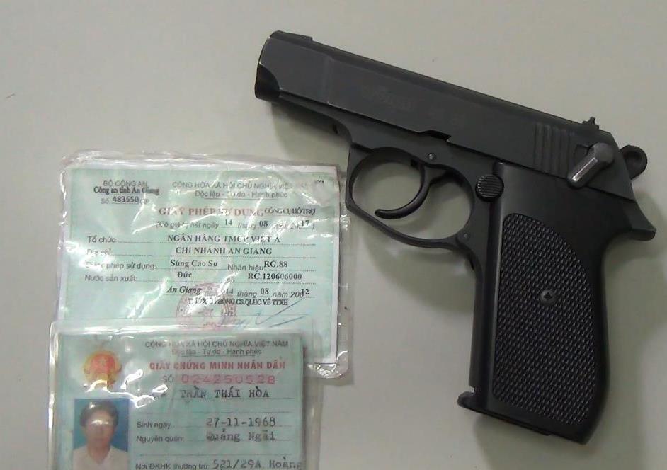 Khẩu súng mà ông Hòa sử dụng để đe dọa nữ nhân viên điều hành taxi