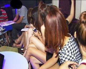 Bắt quả tang 7 chân dài thác loạn trong quán karaoke