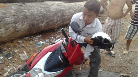 Anh Hiếu đang thuật lại cảnh bị đánh giật máy ảnh tại hiện trường ngày 12-8 - Ảnh: Sơn Lâm