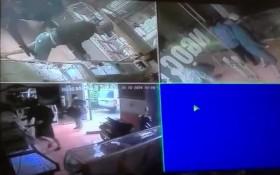 [VIDEO] Cảnh 4 thanh niên táo tợn xông vào cướp tiệm vàng ở Hà Nam
