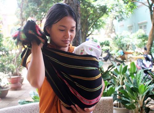 Mẹ trẻ địu con vượt gần 100 km thi THPT Quốc gia