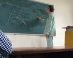 Xúc động hình ảnh thầy giáo mặc áo bệnh nhân lên giảng đường