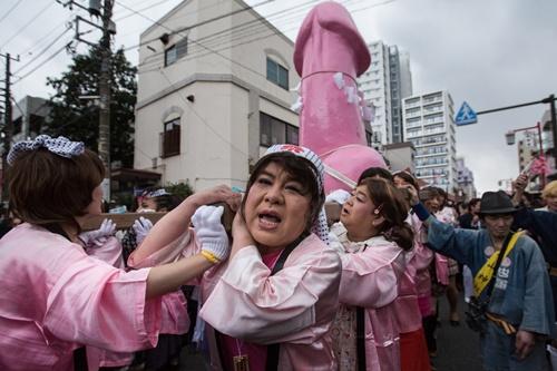 """Kỳ lạ lễ hội rước """"của quý"""" của người Nhật"""