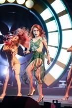 Sơn Tùng M-TP hôn trán fan nữ trên sân khấu 'Mùa hè không độ'
