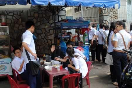 Hà Nội yêu cầu đóng cửa các quán nước gần điểm thi