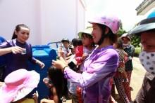 Ca sĩ Phi Nhung lại mang giọt nước nghĩa tình đến miền Tây