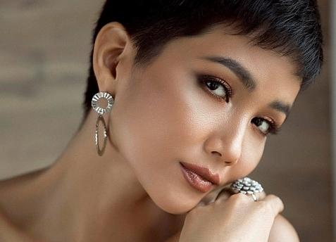 H'Hen Niê khoe vòng 3 nóng bỏng trước thềm bán kết Miss Universe 2018