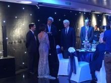 Uyên Linh hát 'Cảm ơn tình yêu' tặng Ngoại trưởng John Kerry