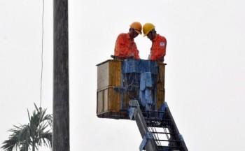 Nỗ lực khắc phục thiên tai để cấp điện cho hơn 1.300 khách hàng