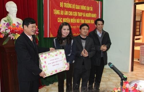 Công đoàn Dầu khí tặng đồng bào vùng cao Thanh Hóa 3.000 áo ấm