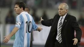 """Messi """"bật"""" HLV trưởng"""