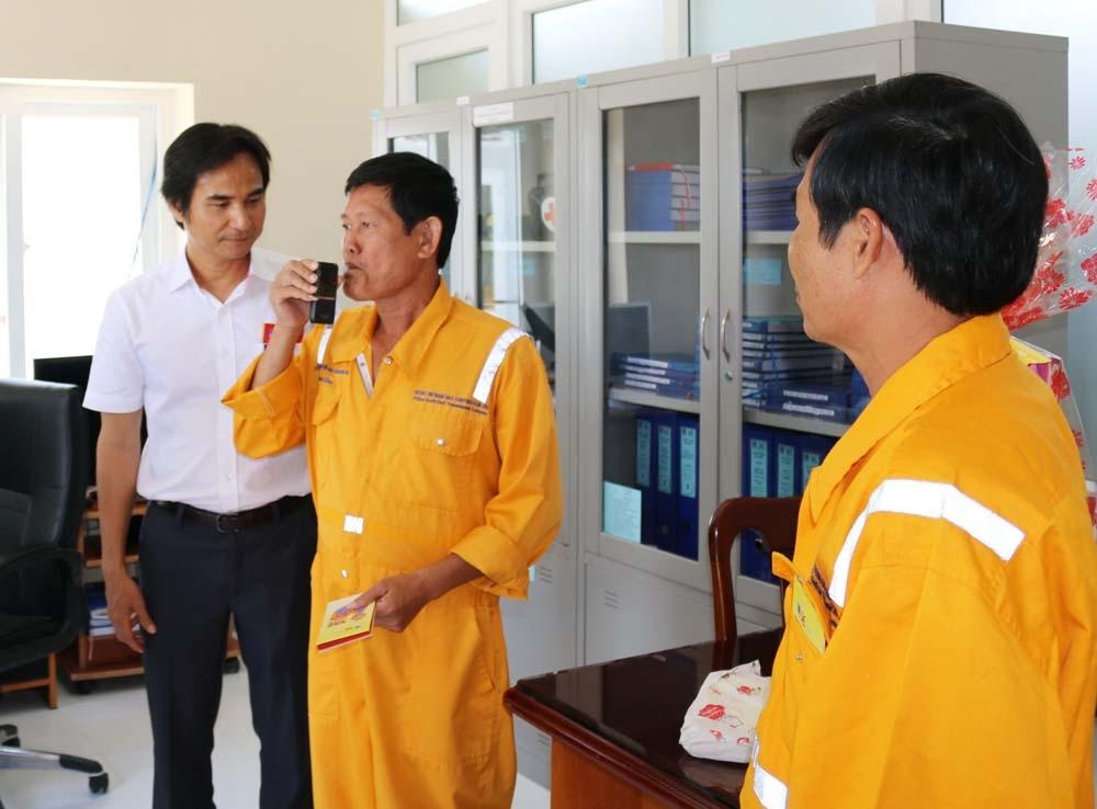 Thực hiện đo nồng độ cồn với người lao động trên các công trình khí