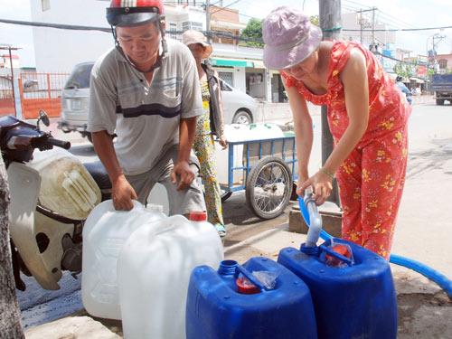"""TP HCM: Vùng ngoại thành vẫn """"khát nước"""""""