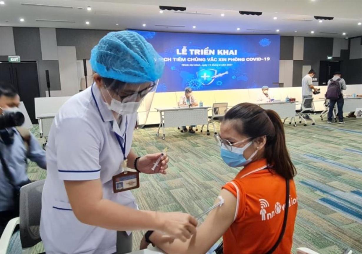 Điều dưỡng tiêm vắc xin cho nhân viên Công ty FPT