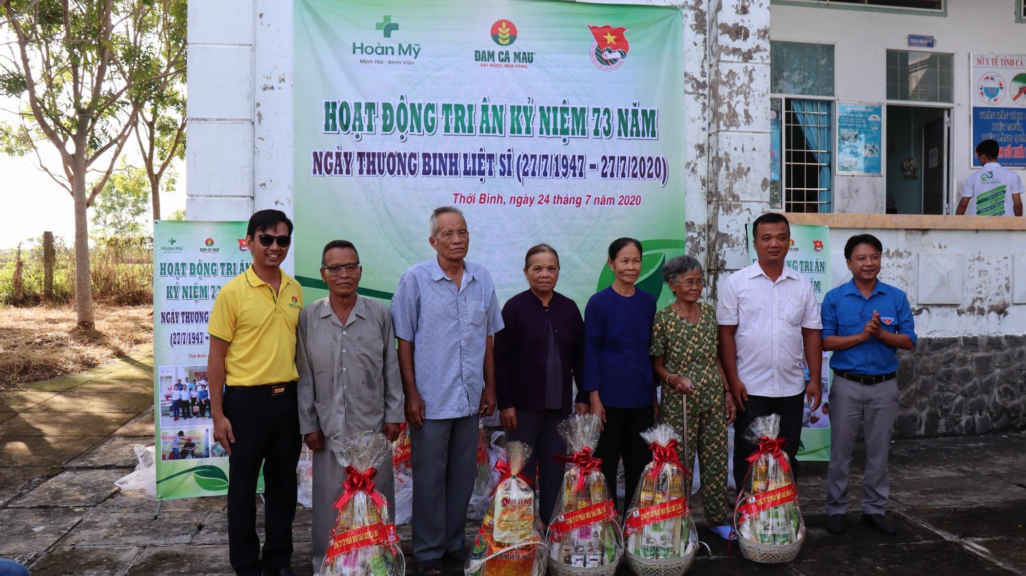 Đạm Cà Mau tổ chức thăm khám bệnh, cấp phát thuốc, hớt tóc, tặng quà cho người dân có hoàn cảnh khó khăn