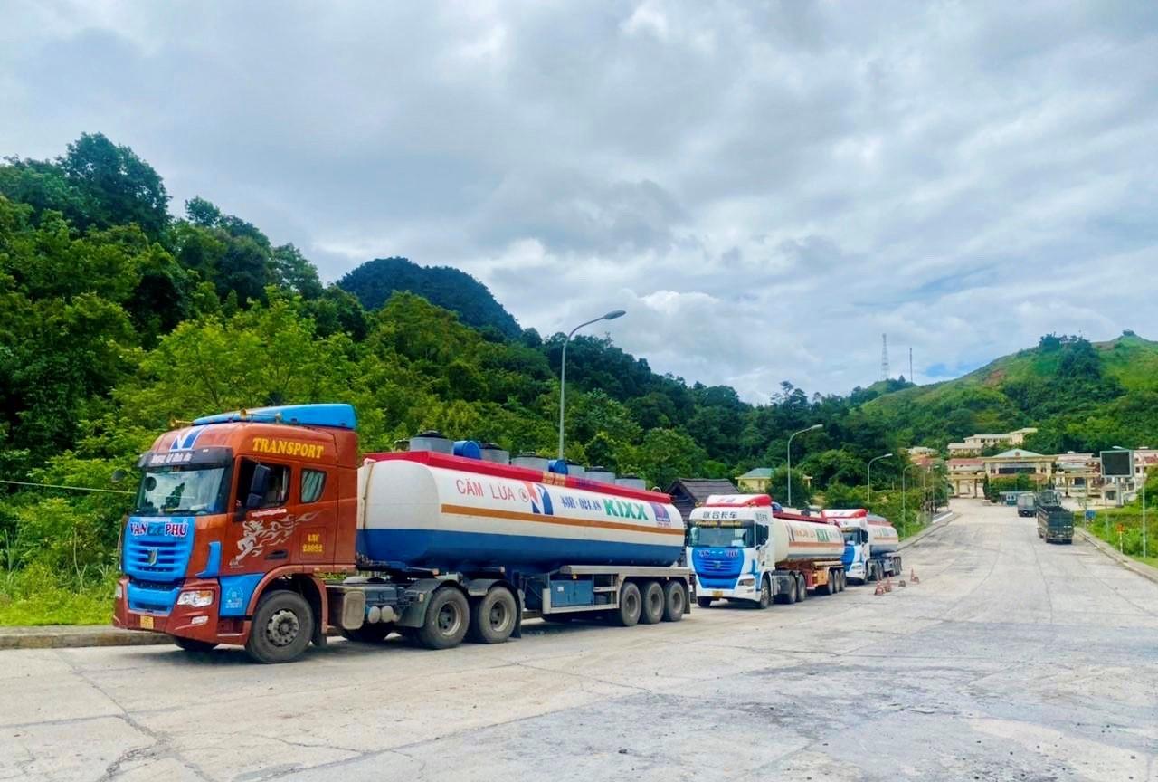PVOIL Lào nhận chuyến hàng đầu tiên từ Việt Nam