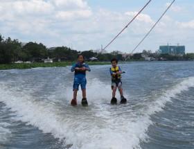 Lướt ván trên sông Sài Gòn