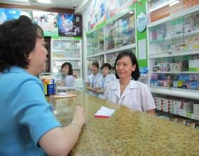 """Bệnh nhân """"oằn vai"""" với giá thuốc và dịch vụ y tế"""