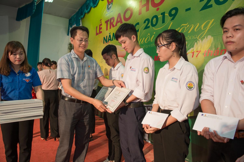 100 hoc sinh thpt duoc trao hoc bong dam ca mau hat ngoc mua vang nam hoc 2019 2020