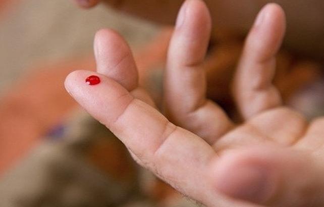 Sự thật về chích nặn máu ngón tay khi phát hiện bệnh nhân đột quỵ
