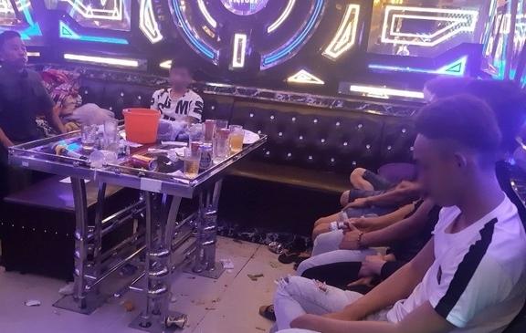 34 nam nu phe ma tuy trong quan karaoke