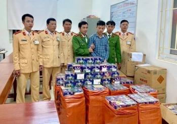 Bắt giữ xe khách biển Lào vận chuyển 840kg pháo hoa trái phép