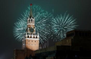 Pháo hoa sáng rực bầu trời châu Âu chào năm mới 2021