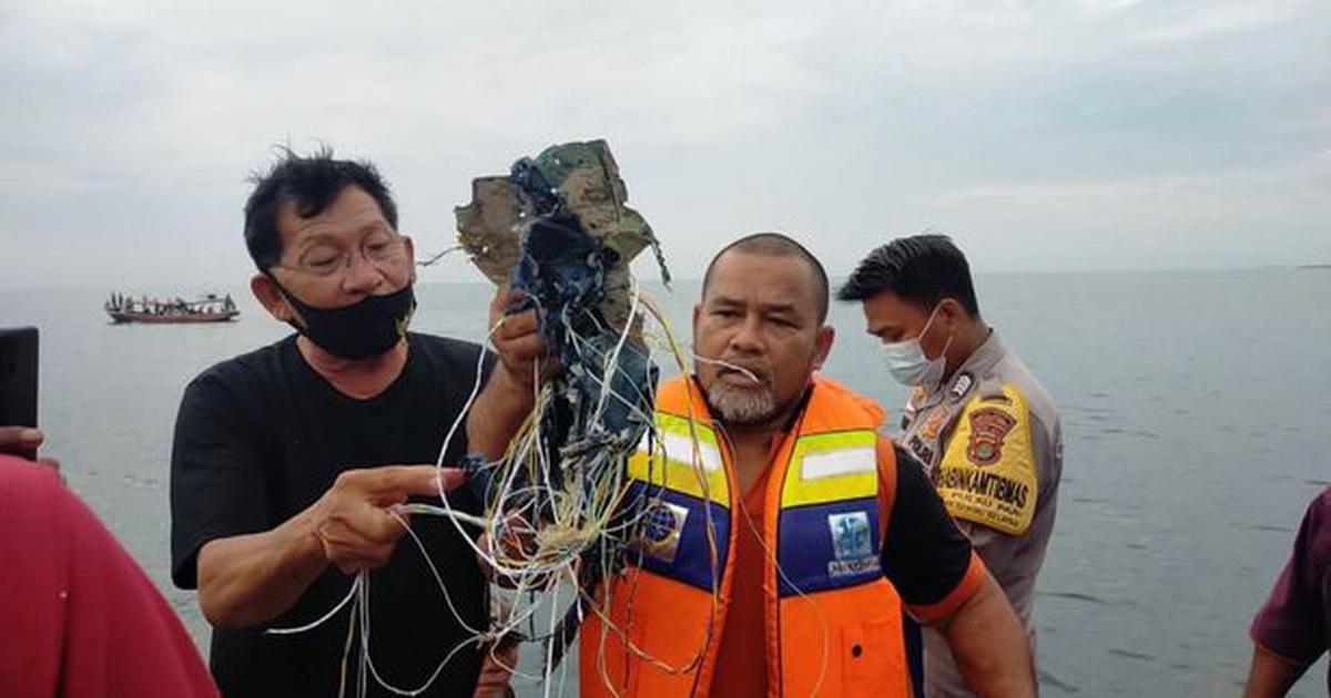 Máy bay Indonesia chở 62 người rơi xuống biển sau 4 phút cất cánh