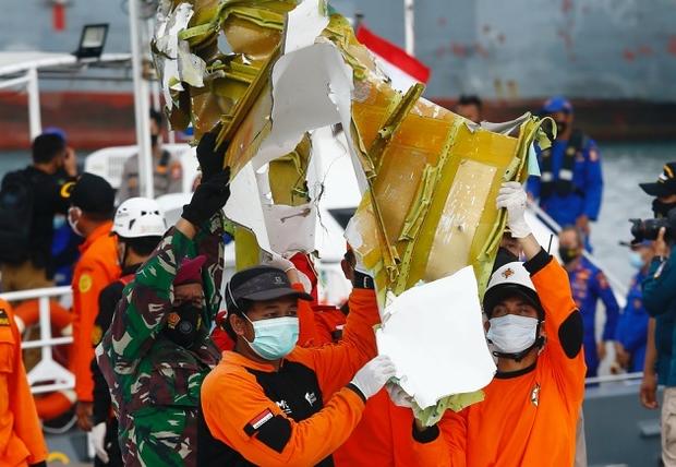 Máy bay Indonesia có thể vỡ vụn khi lao xuống biển