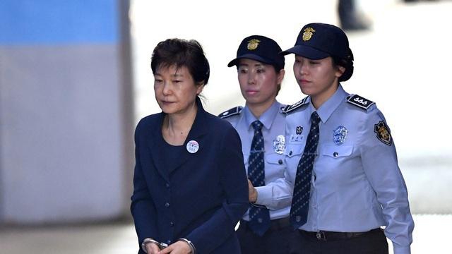 Người thừa kế tập đoàn Samsung bị kết án 30 tháng tù - 2