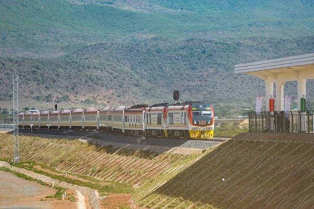 """Quốc gia châu Phi """"oằn mình"""" trả nợ dự án đường sắt hợp tác với Trung Quốc"""