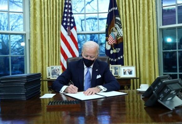 Ông Biden ký 15 sắc lệnh đầu tiên đảo ngược chính sách của ông Trump