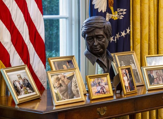 Ẩn ý của ông Biden qua cách bố trí căn phòng