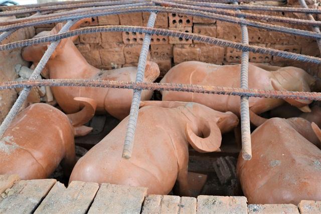 Giáp Tết Tân Sửu, xem nghệ nhân làng gốm Thanh Hà nặn tượng trâu đất - 2