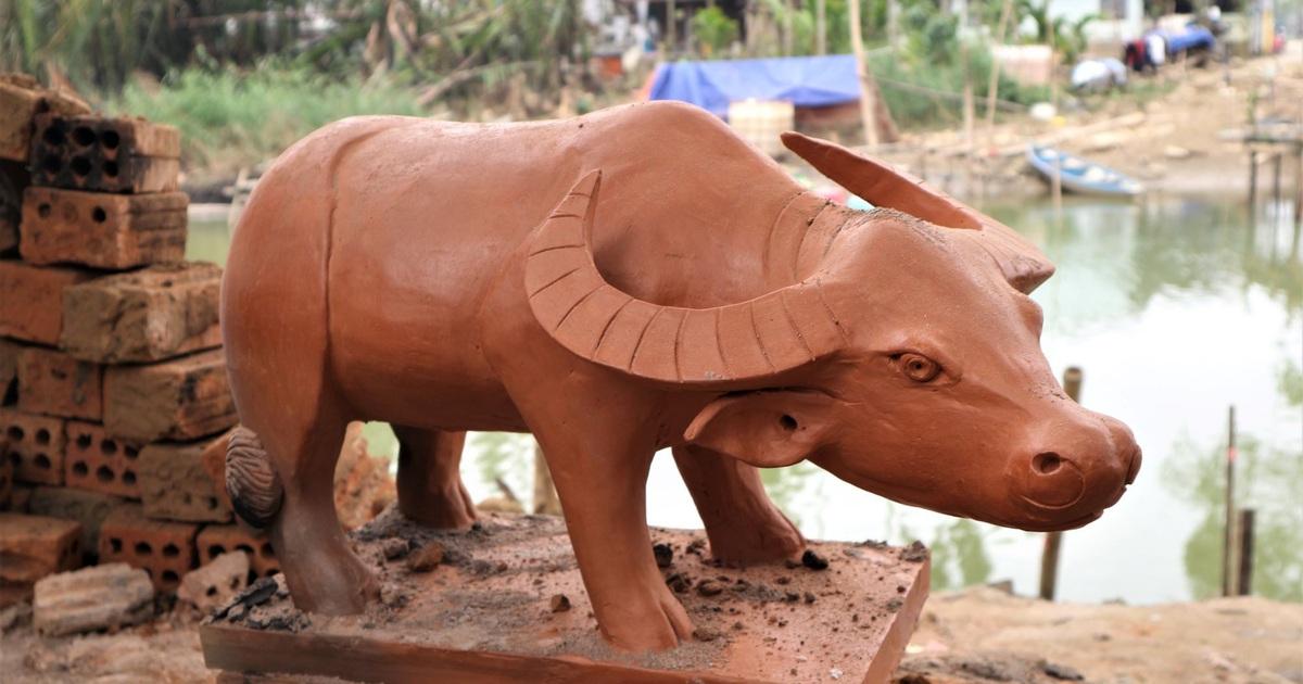 Giáp Tết Tân Sửu, xem nghệ nhân làng gốm Thanh Hà nặn tượng trâu đất