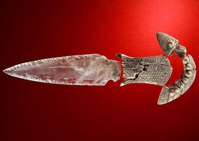 Con dao làm bằng thạch anh trong suốt có niên đại 5.000 năm tuổi - 2
