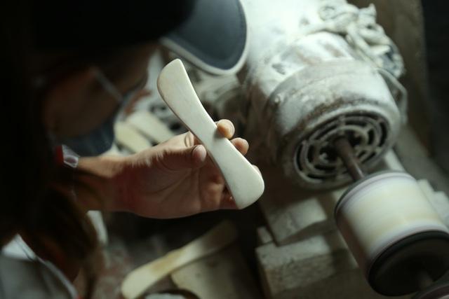 Hà Nội: Thu tiền triệu từ chế tác sừng trâu ngày giáp Tết Tân Sửu - 10