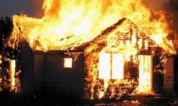Bố cùng 2 con trai chết thảm trong căn nhà cháy dữ dội