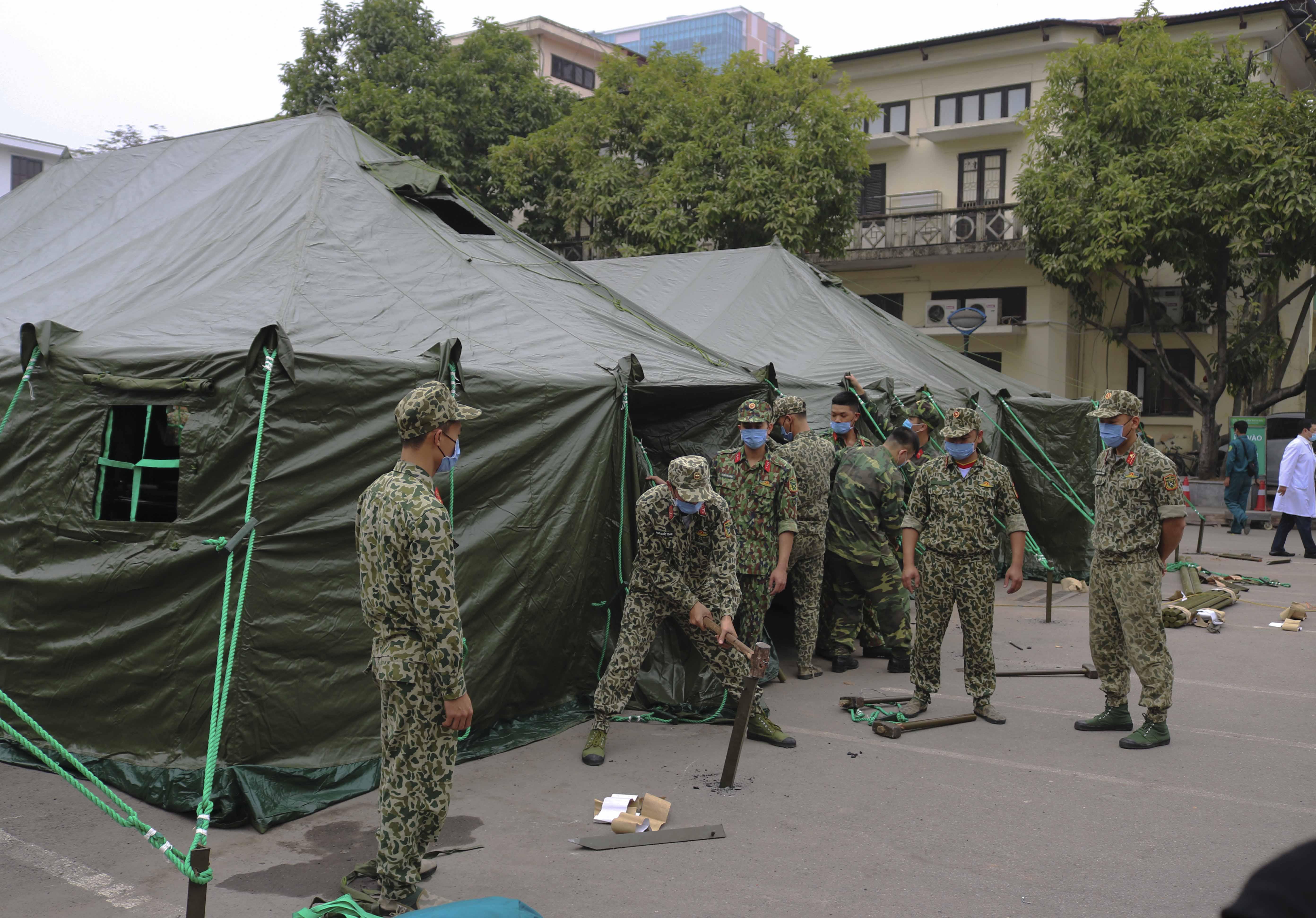 Xây bệnh viện dã chiến tại BV Bạch Mai phục vụ chống dịch COVID-19