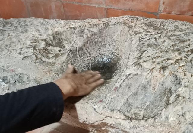 Chuyện về tảng đá in đầu người và bàn tay ở di tích Thành nhà Hồ - 2