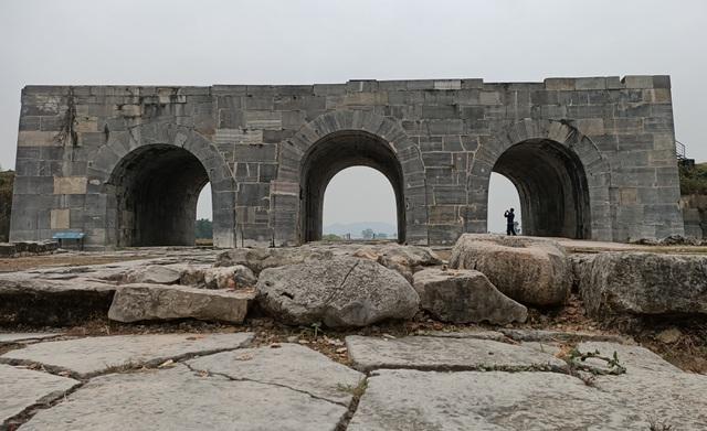Chuyện về tảng đá in đầu người và bàn tay ở di tích Thành nhà Hồ - 1