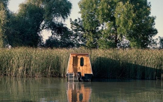 Cặp vợ chồng làm nhà nổi tuyệt đẹp giữa sông, có thể chu du khắp nơi