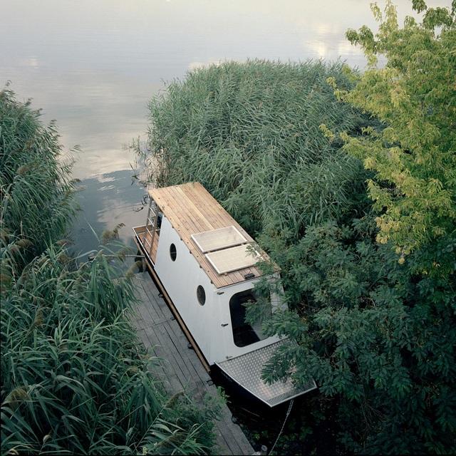 Cặp vợ chồng làm nhà nổi tuyệt đẹp giữa sông, có thể chu du khắp nơi - 3