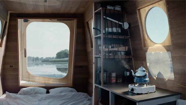 Cặp vợ chồng làm nhà nổi tuyệt đẹp giữa sông, có thể chu du khắp nơi - 7