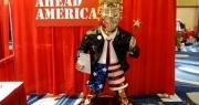 """Tượng vàng gây xôn xao tại sự kiện """"tái xuất"""" của ông Trump"""