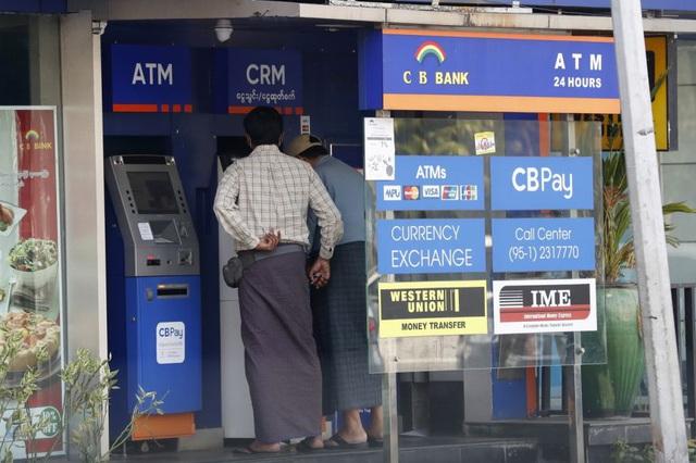 Myanmar đóng cửa hàng loạt ngân hàng, hạn chế rút tiền giữa bão biểu tình - 1