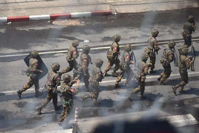 Quân đội Myanmar đột kích bắt người trong đêm - 1