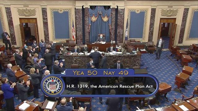 Thượng viện Mỹ họp xuyên đêm duyệt chi 1.900 tỷ trợ cấp Covid-19 - 1