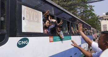 Myanmar bất ngờ thả hơn 600 người biểu tình, hoãn xét xử bà Suu Kyi